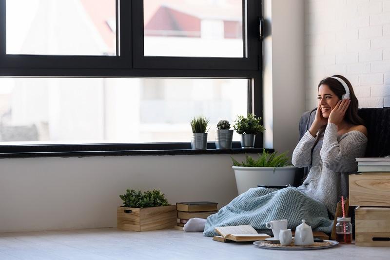 Il rumore generato dalle automobili o da altri mezzi di trasporto può essere molto fastidioso. Molti fattori esterni compensano la mancanza di spazio nella nostra casa dove possiamo goderci la pace e poterci rilassare. Quale finestra di isolamento acustico dovresti scegliere?